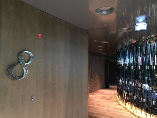 Mandarin Oriental, Paris : Bar 8. Love it. Amazingly busy throughout the day. Attracts a lot of non-residents too.