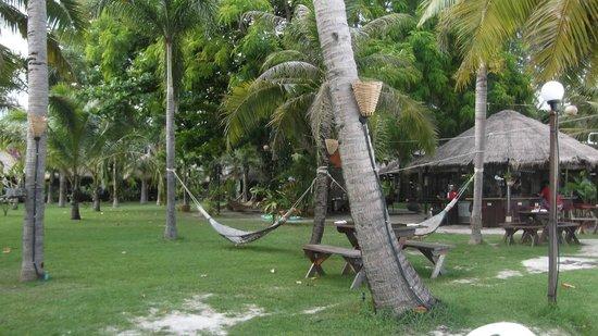 Mali Resort Pattaya Beach Koh Lipe: il prato antistante la spiaggia