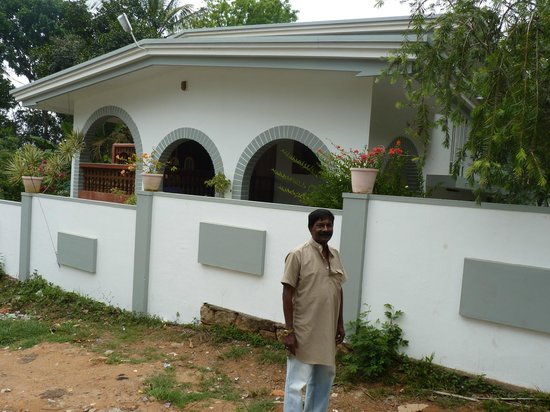 Misty Home Stay: Front View of Misty Home with Mr Thangappan.K