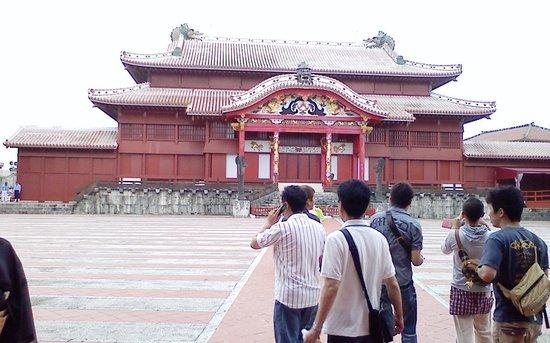 Shurijo Castle: 首里城、門まで斜めになってる道が印象的