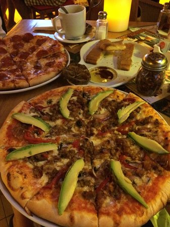 Pizzeria La Pizzarra : pizza with beef,bacon,bell-pepper,onion and avocado as I requested :-)