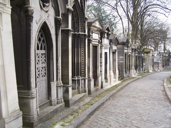 Cimetière du Père-Lachaise : A street of 'houses' in the 'City of the dead' helps you understand how it got its name