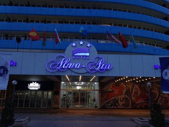 Hotel Almaty: 夕方のホテル
