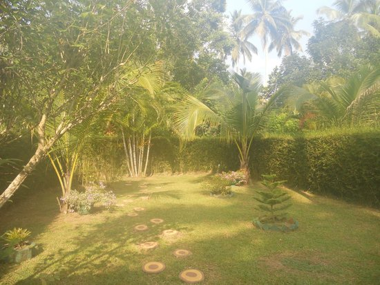Dalmanuta Gardens - Ayurvedic Resort & Restaurant : Private garden of the cottages