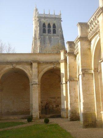 Abbey of Bec-Hellouin: Une vue du cloitre.