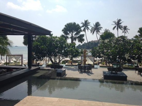 Pullman Phuket Panwa Beach Resort: restaurant pres de la piscine