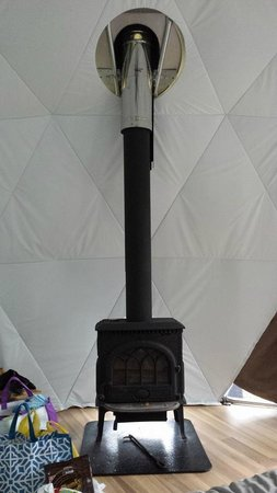 Ridgeback Lodge: Wood stove in our dome