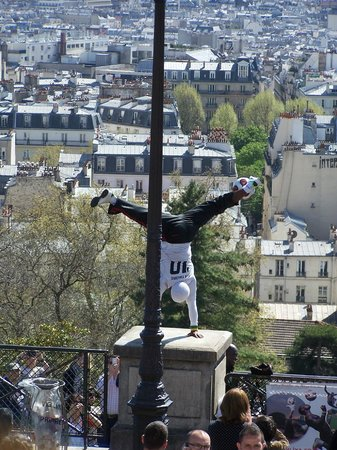 Basilique du Sacré-Cœur de Montmartre : Street theatre at Sacre-Coeur ... if you see him, watch through to the end ...amazing!