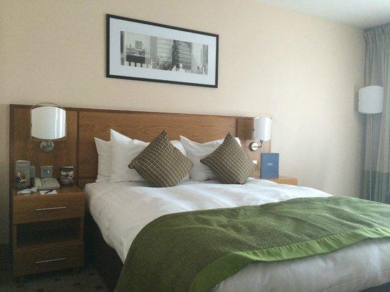 Clayton Crown Hotel: Comfy bed, good sleep assured.