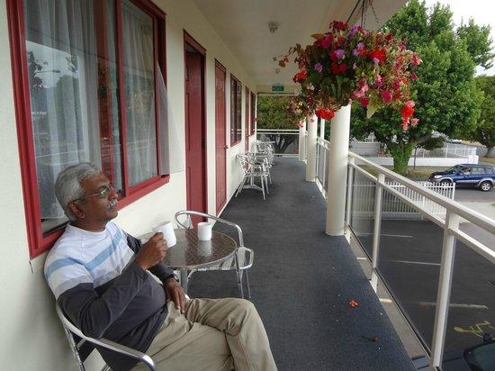 BK's Rotorua Motor Lodge: Relaxing in the balcony