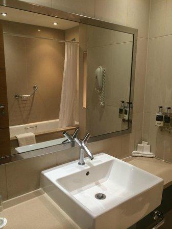 Clayton Crown Hotel: Clean, modern bathroom.