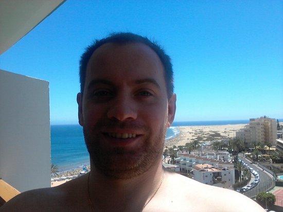 HL Suitehotel Playa del Ingles: За моей спиной виден океан и пляжная полоса