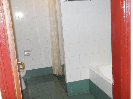 Yulia Beach Inn: Deluxe bathroom