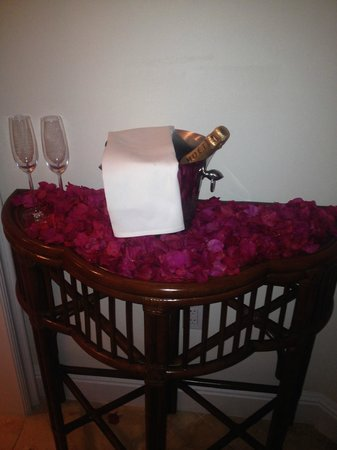 Seven Stars Resort & Spa: Champagne and flowers in our room on our wedding night!