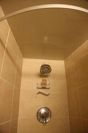 Aston Waikiki Circle Hotel: Salle de bain petite mais fonctionnelle