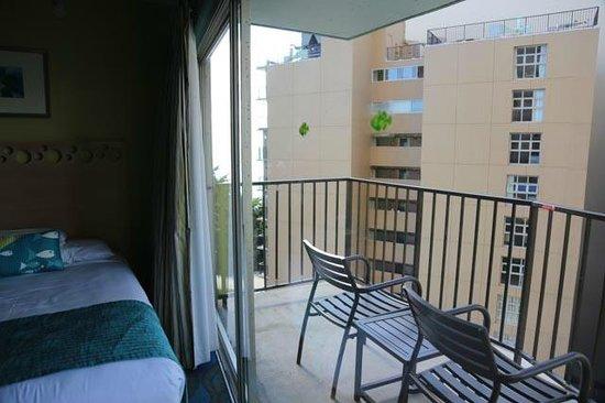 Aston Waikiki Circle Hotel : Balcon très venté