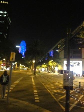 Glòries: Vista da Rua, Shopping a direita