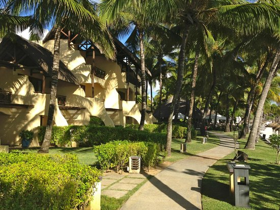 Constance Belle Mare Plage: The walkway through the grounds