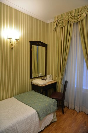Gambrinus Hotel: Single room (not in the picture: wardrobe with safety deposit box, TV, fridge, telephone)