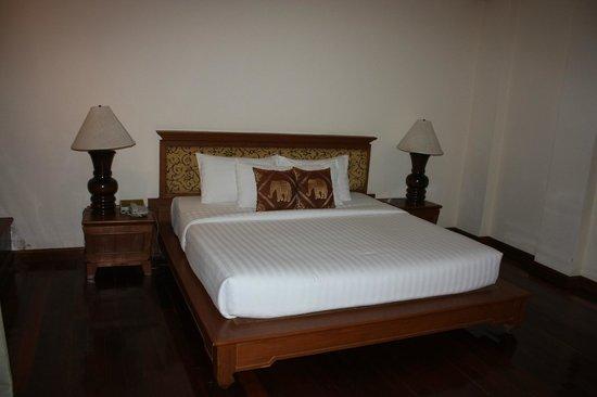 Sunrise Tropical Resort: Огромная кровать