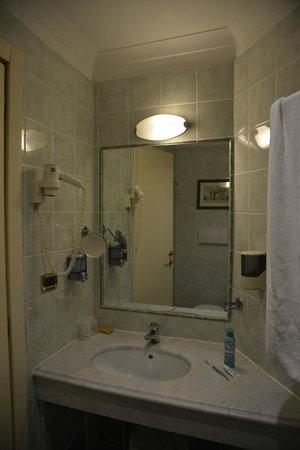 Gambrinus Hotel: Single room, bathroom