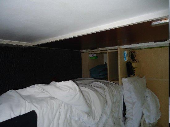 Euro Hotel Clapham: spazio tra bagno e letto