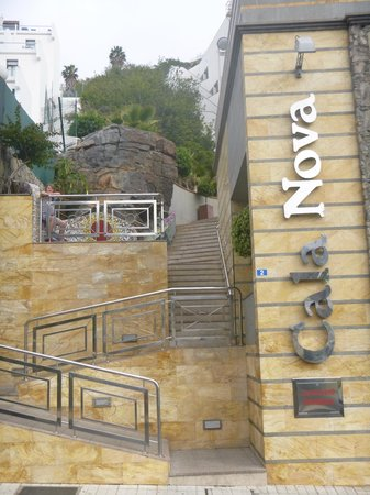 Cabau Cala Nova: Front approach to hotel - there is a lift at the foot of the stairs