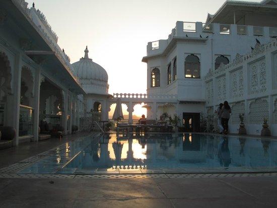 Hotel Udai Kothi: Sunset on pool floor