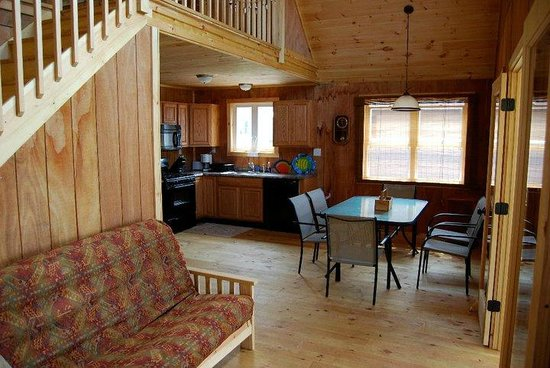 The Lodges at Oak Point: Kitchen and dinning area