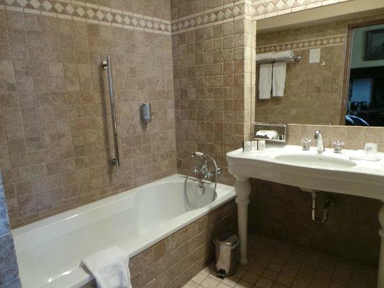 Hotel Martin's Relais: banheiro com banheira