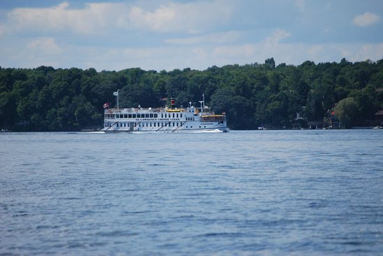 The Lodges at Oak Point: Local 1000 Island Tour Boat -- lots of fun and scenery