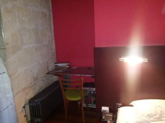 La Maison Bord'eaux: Mid size room. Combination of modern decor & old stone walls