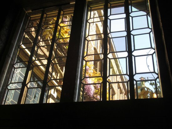 Rubens House (Rubenshuis): Leaded glass window looking onto the courtyard