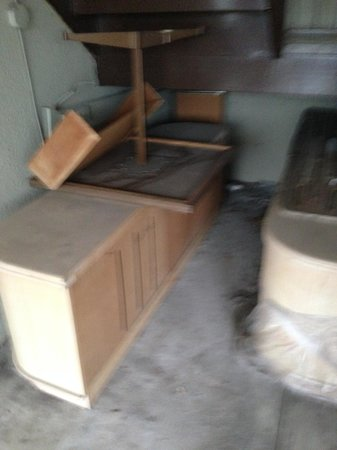 Super 8 Niagara Falls North : broken furniture outside!