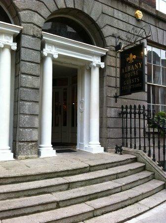 Albany House: L'ingresso minimalista, come un'abitazione privata