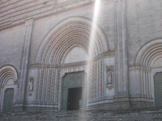 Church of St. Fortunato : San Fortunato - Effetti di luce sul portale
