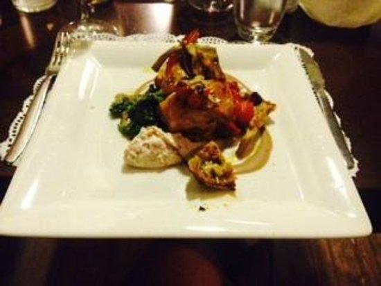 Mavi : involtino di pollo e gamberi con carciofi,pomodorini e zenzero, su letto di brccoletti ripassati