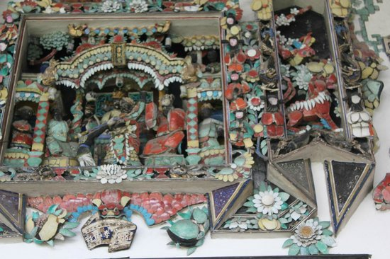 Cheong Fatt Tze - The Blue Mansion: 食器を利用した飾り
