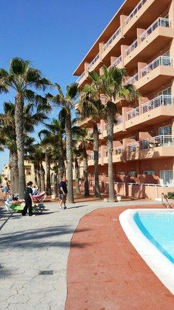 Playaluna Hotel : Fachada de habitaciones desde piscina