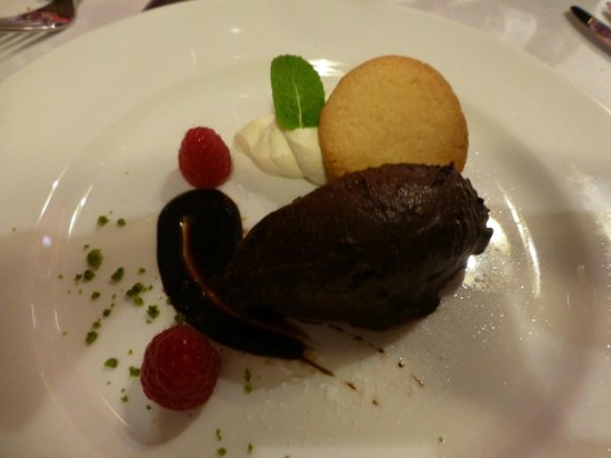 The Brewer's Dining Hall - Guinness Storehouse: GUINNESS Chocolate mousse, shortbread biscuit, fresh raspberries