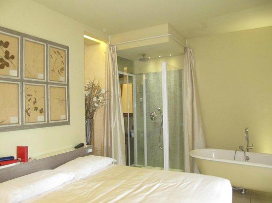 Camera con doccia a vista - Picture of Spazio Bianco, Ivrea - TripAdvisor