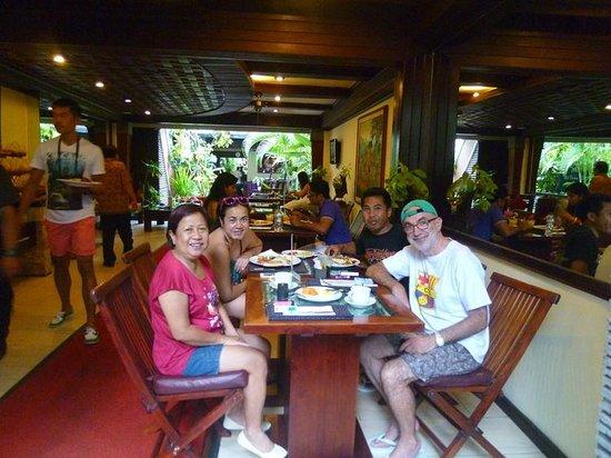 The Bali Dream Villa Seminyak : Tomando el desayuno en familia