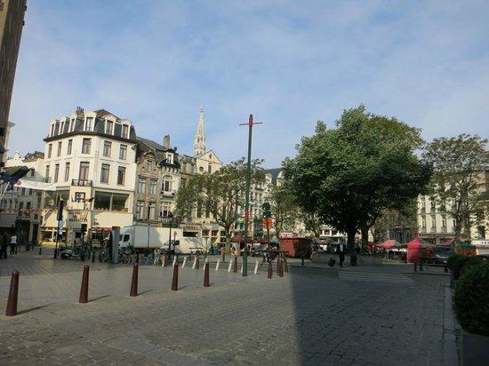NH Brussels Carrefour De L'Europe: Площадь, куда выходит отель