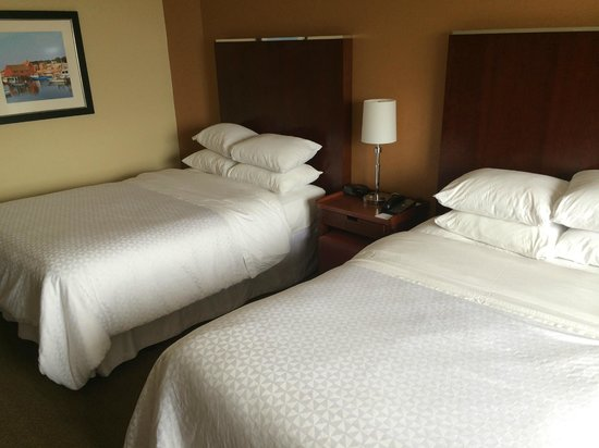Four Points by Sheraton Boston Logan Airport : Clean white linens