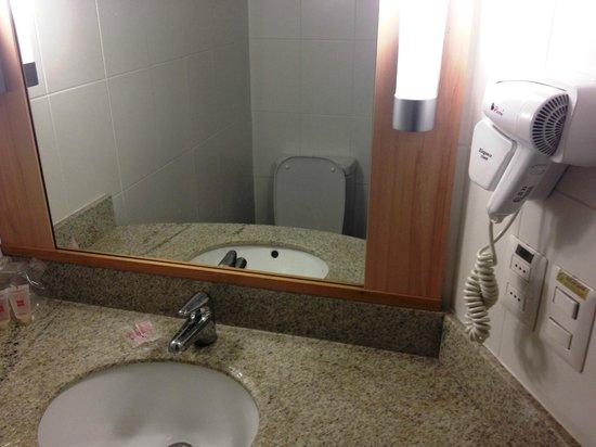 Ibis Santiago Providencia: banheiro com excelente ducha