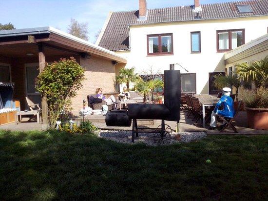 Hotel Palstek: Gartenbereich mit Smoker