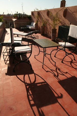 Riad Zineb: seance bronzage le soir sur la terrasse