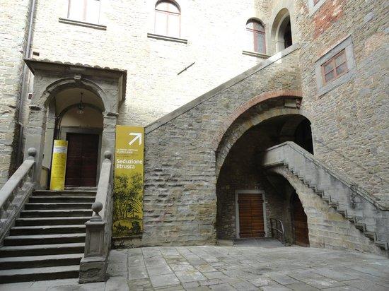 MAEC - Museo dell'Accademia Etrusca : la scalone di accesso al primo piano