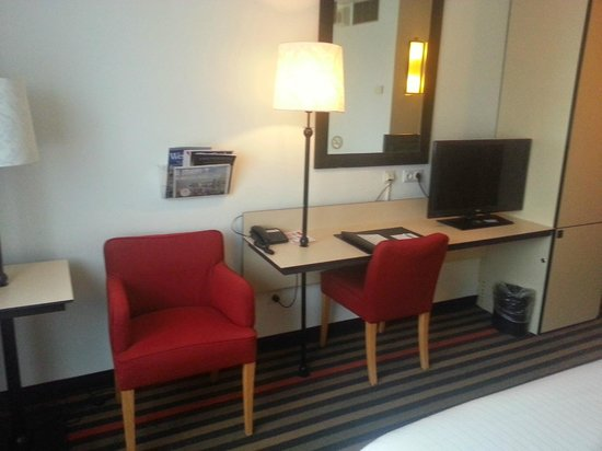 WestCord Art Hotel Amsterdam: The desk (+ comfortable chairs)