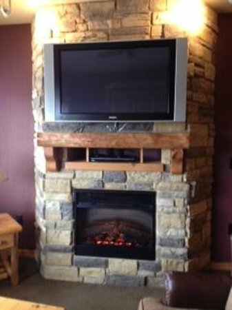 Glacier Canyon Lodge: fireplace/tv/dvd